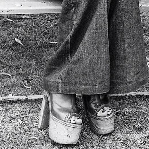 1970s Street Style Vintage Photos Flared Denim Bell Bottoms Wide Leg Jeans Platform Sandals